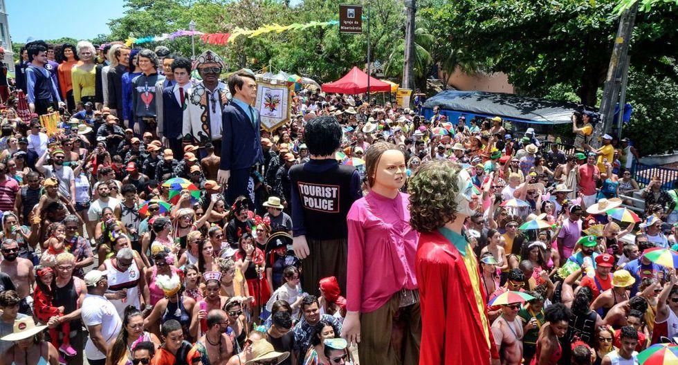 Cientos de personas bailan y desfilan este lunes junto a los tradicionales muñecos del Carnaval en Olinda, estado Pernambuco (Brasil).  (EFE).