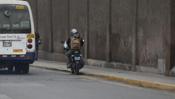 Peligro en las calles. Malos conductores se burlan de autoridades y siguen ofreciendo este servicio. (Mario Zapata/Perú21)