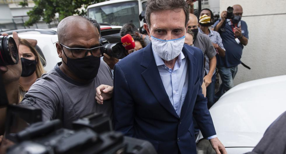 El alcalde de Río de Janeiro, Marcelo Crivella, es acompañado a un examen médico después de su arresto, en la sede de la policía de la ciudad en Río de Janeiro, Brasil, el martes 22 de diciembre de 2020. (AP/Bruna Prado).