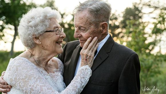 Lucile y Marvin Stone celebraron sus 60 años de matrimonio posando con sus trajes de boda originales. Las imágenes se volvieron tendencia tras ser publicadas en las redes sociales. (Foto: Facebook / Katie Autry Photography)