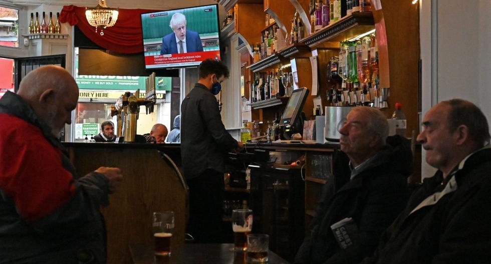 Imagen referencial. Personas se reúnen en un establecimiento en el Reino Unido, el 12 de octubre de 2020. (AFP / Paul ELLIS).