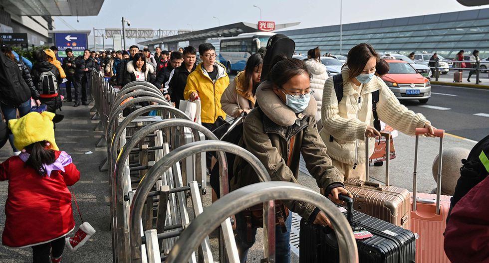 Pasajeros en la estación de trenes de Hongqiao en Shangai, movilizándose por el Año Nuevo chino. El uso de mascarillas es habitual por la contaminación del aire. (Foto: AFP)