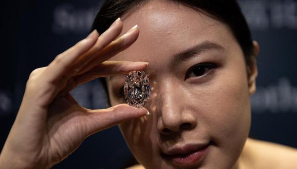 """La casa de subastas Sotheby's explicó que el Victor 10239 no tiene incisiones ni en su interior ni en el exterior y también por pertenecer al subgrupo 'Ila', """"los más químicamente puros"""", al que solo pertenecen un 2% de todos los diamantes. (Foto: EFE)"""