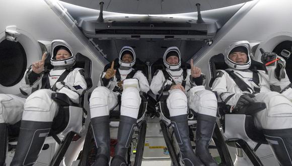 Esta foto de la NASA muestra a los astronautas Shannon Walker, Victor Glover, Mike Hopkins y Soichi Noguchi, dentro de la nave espacial Crew Dragon poco después de haber aterrizado en el Golfo de México frente a la costa de la ciudad de Panamá. (Bill INGALLS / NASA / AFP)