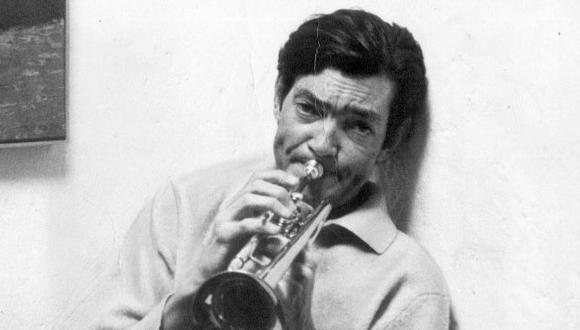 1967. Julio Cortázar tocando la trompeta en París, Francia. (USI)