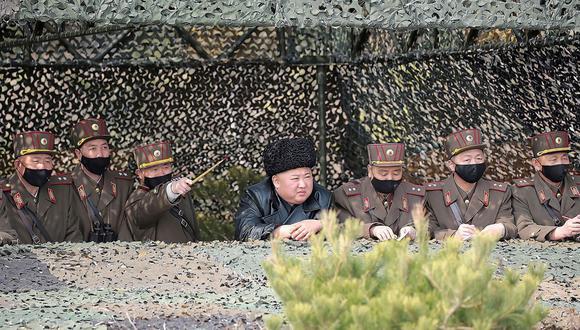 Esta fotografía tomada el 12 de marzo de 2020 y publicada por la Agencia de Noticias Central Coreana (KCNA) muestra a Kim Jong-un supervisando múltiples ejercicios militares. (AFP).