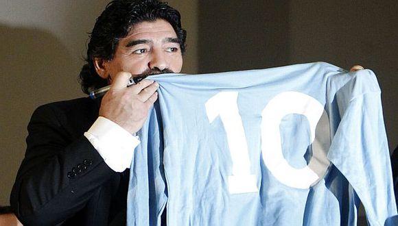 Maradona besó la camiseta con la que tocó la gloria muchas veces. (Reuters)