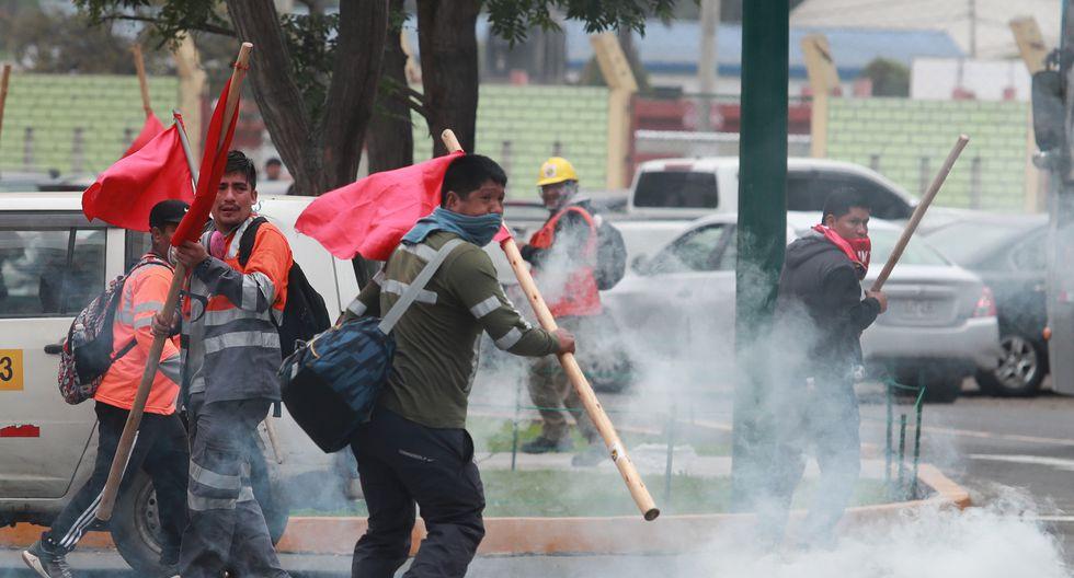 Causan caos. Manifestantes se negaban a retirarse del local y se enfrentaron a la Policía. (Lino Chipana)