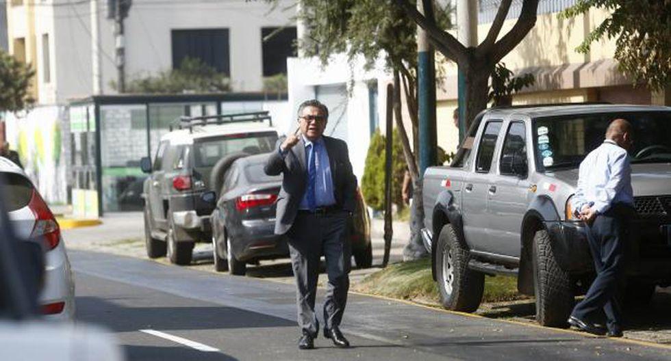 César Nakazaki, uno de los abogados de Humala y Heredia, llegó a la vivienda de sus defendidos en Surco. (Piko Tamashiro)