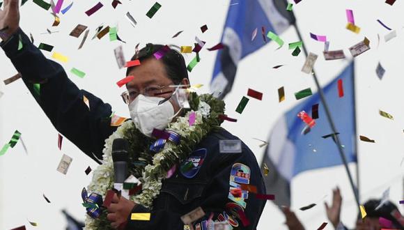 El candidato presidencial boliviano del Movimiento al Socialismo (MAS), Luis Arce, saluda a sus partidarios durante el cierre de su campaña para las elecciones presidenciales del 18 de octubre en El Alto, Bolivia, el miércoles 14 de octubre de 2020. (AP Foto/Juan Karita)