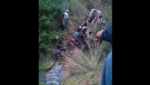 La Libertad: agentes de la Policía Nacional llegaron para rescatar los cadáveres que quedaron atrapados en el interior del vehículo siniestrado. (Foto: Difusión)