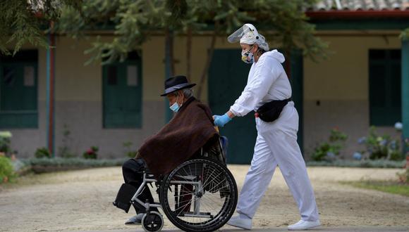 """La OPS llamó la atención sobre el hecho de que durante la última semana """"más de un millón de personas se enfermaron con la covid-19 y 34.000 murieron como resultado del virus"""". (Foto: Raul ARBOLEDA / AFP)"""
