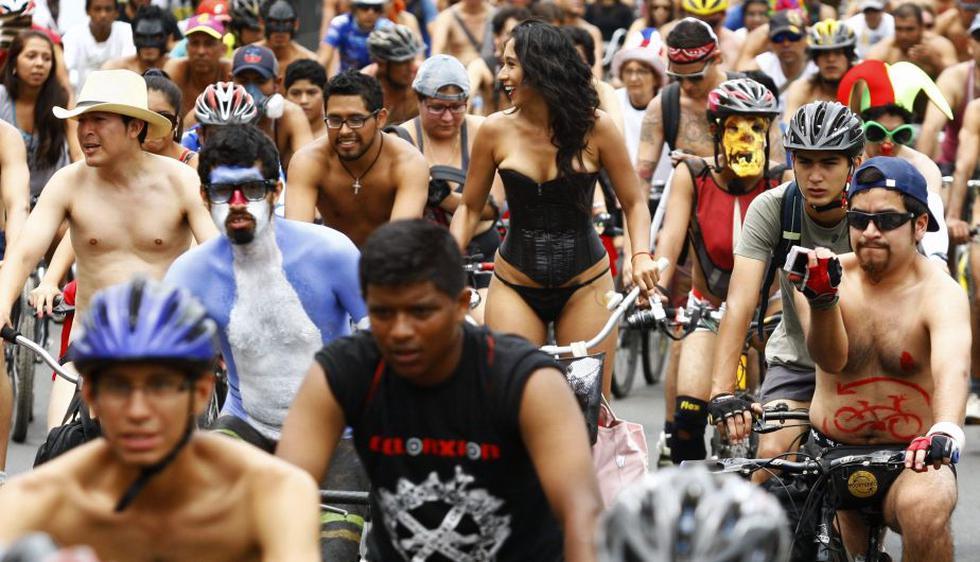 Hombres y mujeres participaron en esta colorida movilización. (AFP)