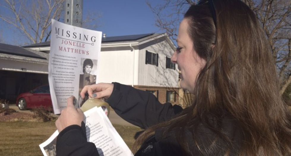 Una defensora de víctimas en Greeley, Colorado, publica un un cartel de personas desaparecidas para Jonelle Matthews, una niña de 12 años que desapareció el 20 de diciembre de 1984. (Foto: AP)