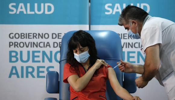 El enfermero Gustavo Rodríguez le da a la Dra. Estefania Zevrnja una inyección de la vacuna rusa Sputnik V para el COVID-19 en el Hospital Dr. Pedro Fiorito en Avellaneda, Argentina, el martes 29 de diciembre de 2020 (AP/Natacha Pisarenko).