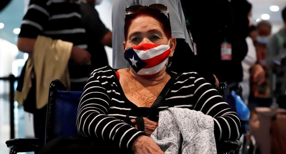 Imagen referencial. Una mujer es vista con un tapabocas con la bandera de Puerto Rico a su llegada al Aeropuerto Luis Muñoz Marín en San Juan. (EFE/Thais Llorca).