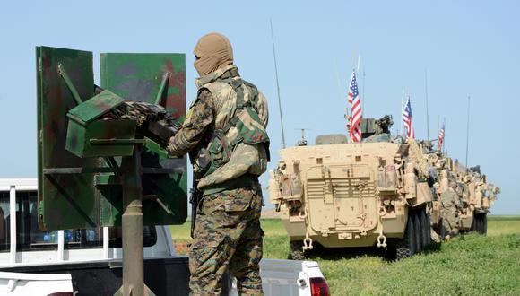 Comitiva de tropas estadounidenses junto a una milicia del grupo kurdo Unidades de Protección Popular (YPG) mientras patrullan en la ciudad al-Darbasiyah, en la frontera sirio-turca. (Foto: EFE)
