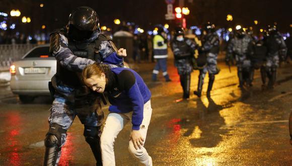 La policía detiene a un hombre durante una protesta contra el encarcelamiento del líder de la oposición Alexei Navalny en Moscú, Rusia. (AP).