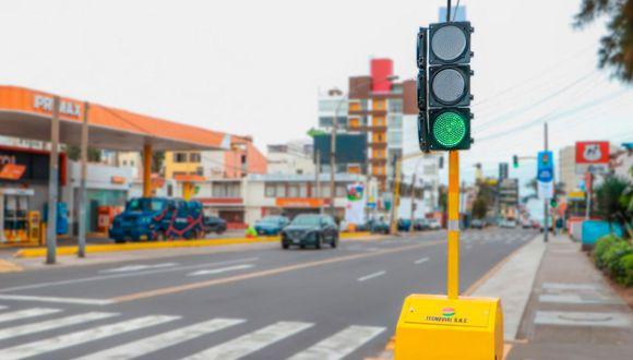 El primer semáforo portátil que funciona con energía solar está ubicado en el cruce de las avenidas Rafael Escardó con Manco II. (Foto: Andina)
