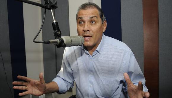 JALÓN DE OREJAS. Tengo que corregirlo como lo hacía de pequeño, dice Fabricio Correa sobre Rafael. (AP)