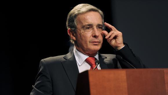 Ex presidente de Colombia, Álvaro Uribe será investigado por presuntos vínculos con grupo paramilitar Autodefensas Unidas (AP).