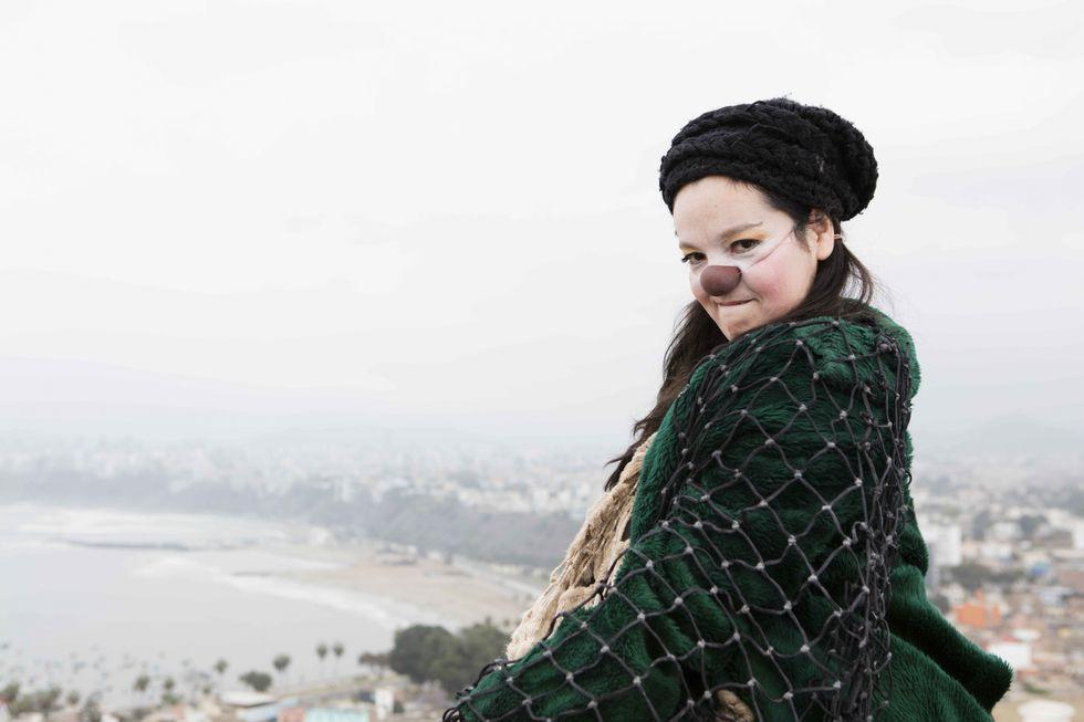 La estética del personaje nos recuerda a la vestimenta del vagabundo de Charlie Chaplin (Freddy Onaja).