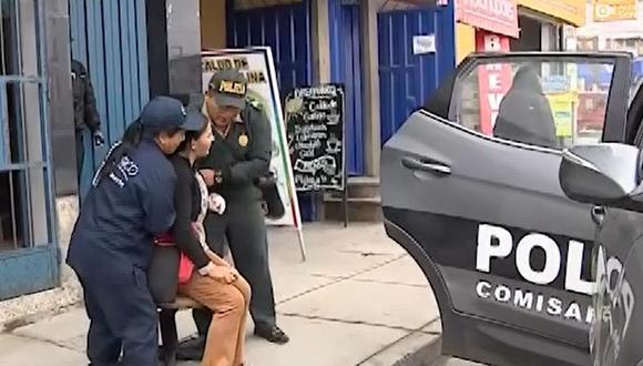 La mujer llegó herida a la Comisaria de Villa Chorrillos. (Foto: Captura/América Noticias)