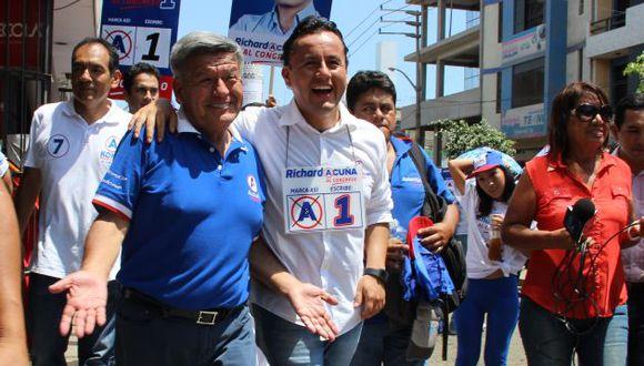 Apepista estuvo acompañado de su hijo Richard Acuña, quien postula al Congreso. (USI)