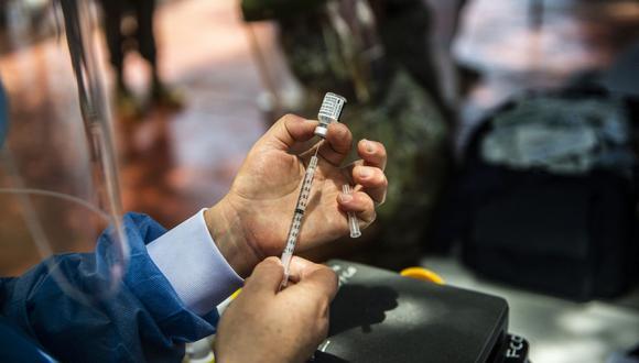 A la fecha, miles de peruanos han sido vacunados con una y dos dosis de la vacuna Pfizer. (Foto: AFP)