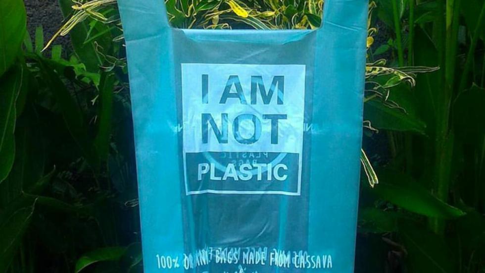 Indonesia: Crean bolsa de 'plástico' a base de yuca que se disuelve en agua y es comestible. (Avani Eco)