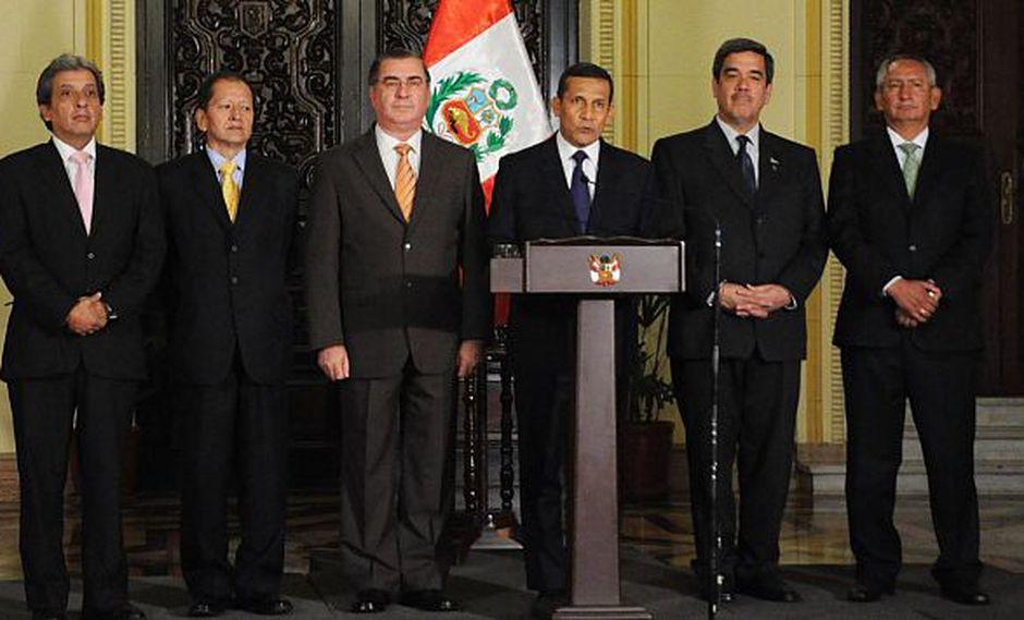 Humala emite mensaje flanqueado por su premier y por sus ministros del Ambiente, de Energía, de Agricultura y de Vivienda.