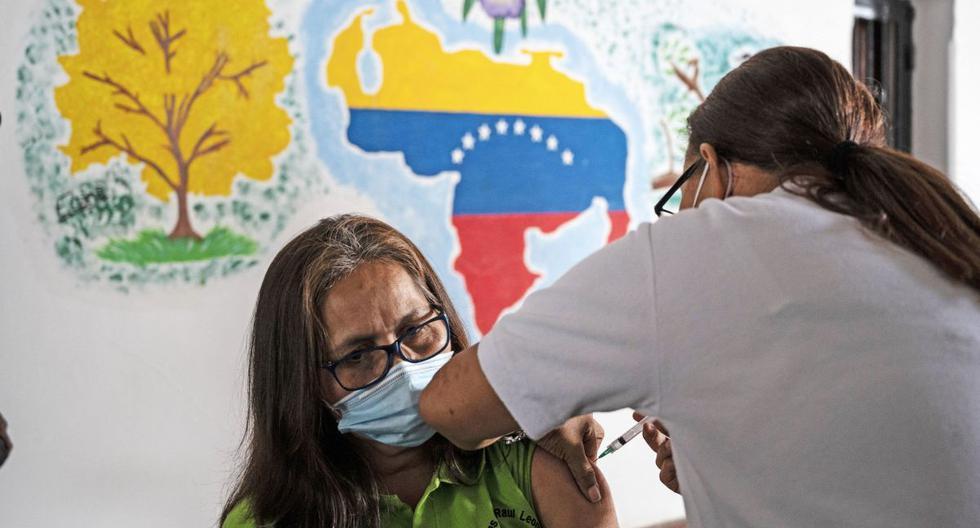 Una docente recibe una dosis de la vacuna COVID-19 desarrollada por Sinopharm en un centro de vacunación en la escuela secundaria Miguel Antonio Caro en Catia, Venezuela, el 8 de marzo de 2021. (Yuri CORTEZ / AFP).