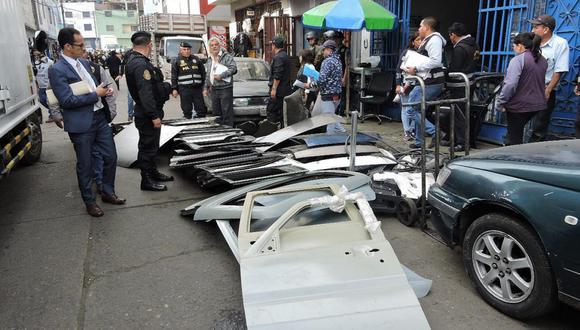 La Policía allanó 16 tiendas que se ubican en ese mercado negro.