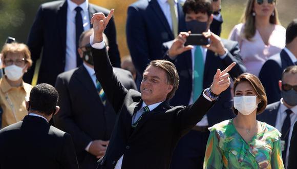 Como es usual, el líder de la ultraderecha brasileña se acercó a los asistentes una vez que concluyó la ceremonia, saludó a muchos, posó para fotografías e ignoró las medidas de prevención que impone el coronavirus. (Foto: EFE/ Joédson Alves)
