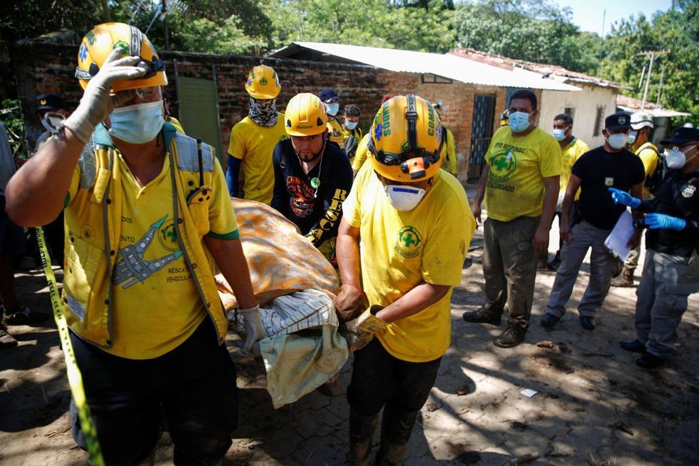 Los socorristas llevan el cuerpo de una víctima de un deslizamiento de tierra en Nejapa, El Salvador. (REUTERS/Jose Cabezas).