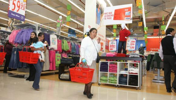 Más peruanos acuden a los establecimientos comerciales. (Heiner Aparicio)