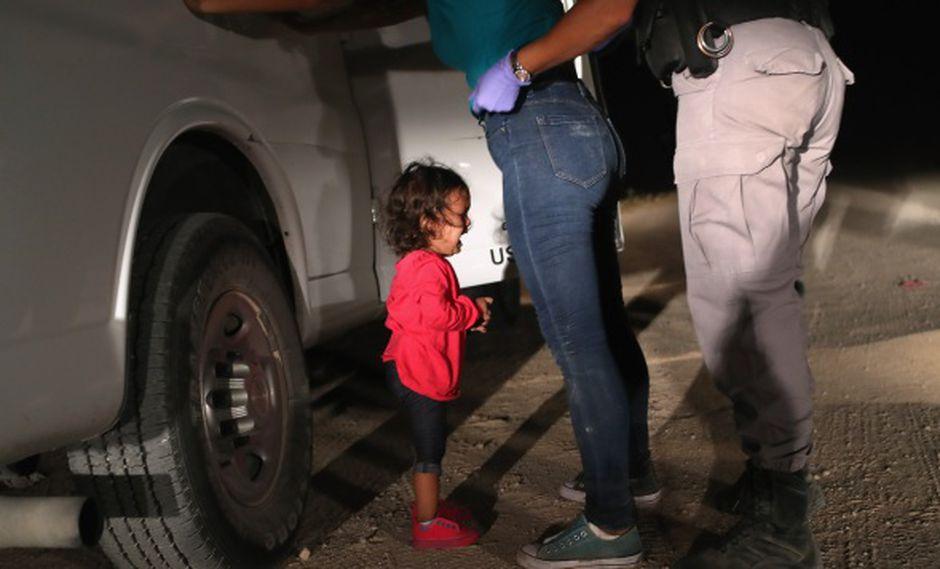 En esta foto tomada el 12 de junio de 2018, una solicitante de asilo hondureña de dos años de edad llora cuando su madre es registrada y detenida cerca de la frontera de Estados Unidos con México. (Foto: AFP)