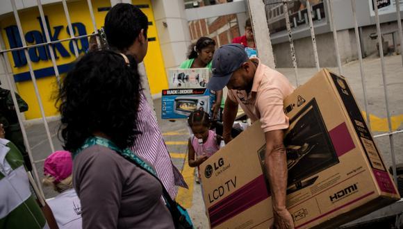 ¿SAQUEO LEGAL? Venezolanos compraron electrodomésticos por la rebaja impuesta por Maduro. (EFE)