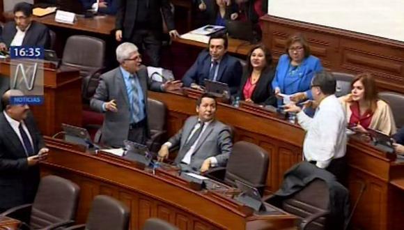 Congresistas Jorge Castro y Luis Iberico casi se van a las manos en medio del Pleno. (Canal N)