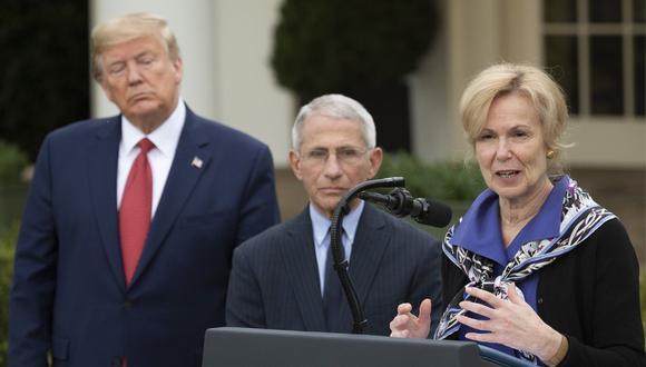 La Dra. Deborah Birx, coordinadora de respuesta al coronavirus, habla con el Presidente de los Estados Unidos, Donald Trump, y el Director del Instituto Nacional de Alergias y Enfermedades Infecciosas, Dr. Anthony Fauci, durante una rueda de prensa. (JIM WATSON / AFP)