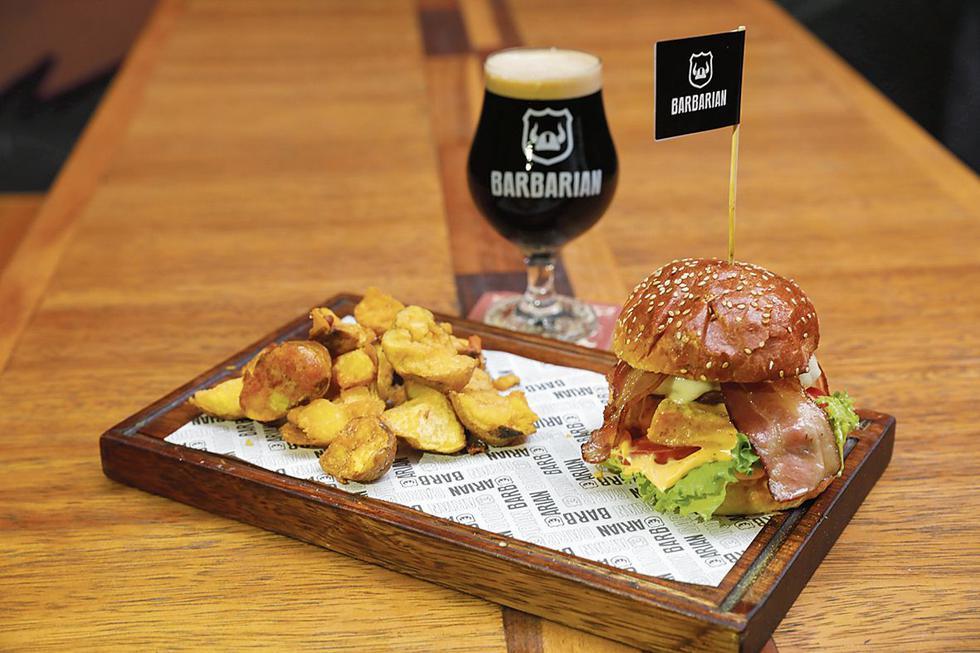 LA MESA. Las hamburguesas también son bárbaras. La compañía perfecta para una buena cerveza. (Esther Vargas)