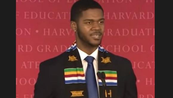 Shaw se graduó con honores de Harvard. (Captura)