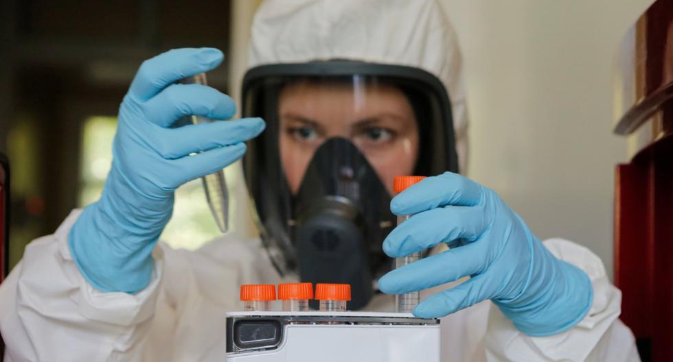 Científico trabaja dentro de un laboratorio del Instituto de Investigación de Epidemiología y Microbiología de Gamaleya durante la producción y prueba de una vacuna contra el coronavirus (COVID-19). Imagen del 6 de agosto de 2020 en Moscú, Rusia. (The Russian Direct Investment Fund (RDIF)/REUTERS).
