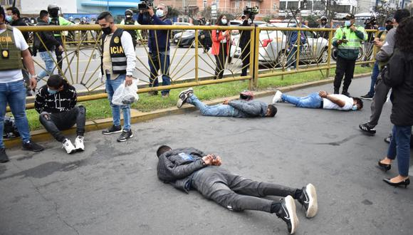 En flagrancia, efectivos de la Dirincri capturaron a sujetos que pretendían asaltar con armas de fuego a un empresario. Foto: PNP