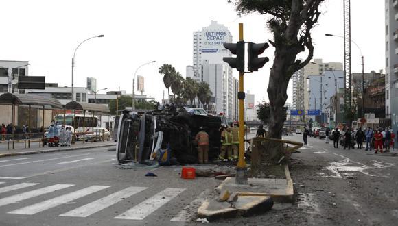 Los bomberos ayudaron en el rescate de los heridos. (Foto:César Bueno @photo.gec)