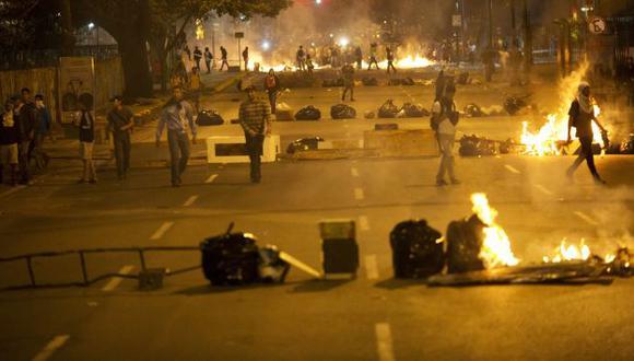 Venezuela: Vecinos de Caracas armaron anoche barricadas con árboles. (AP)