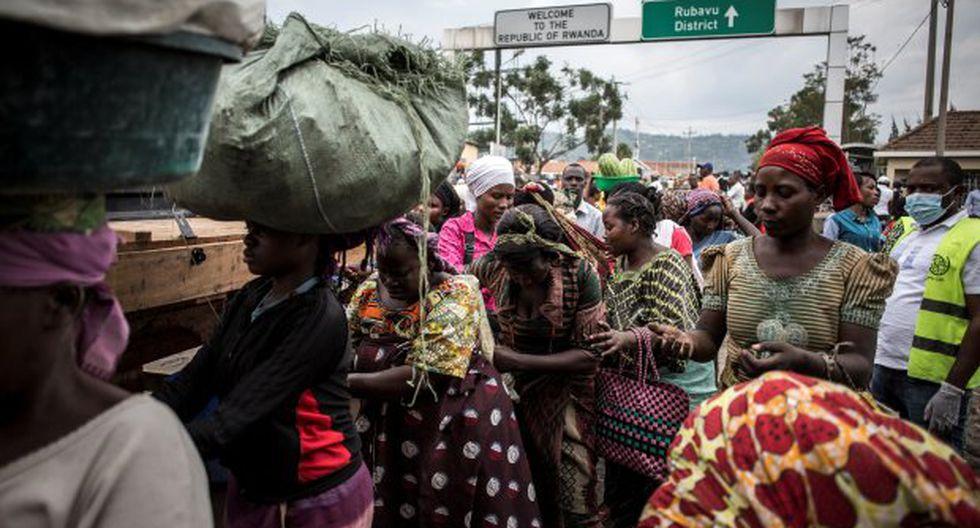 Mujeres se ven lavándose las manos en una estación de detección de ébola cuando entran en la República Democrática del Congo desde Ruanda. (Foto: AFP)
