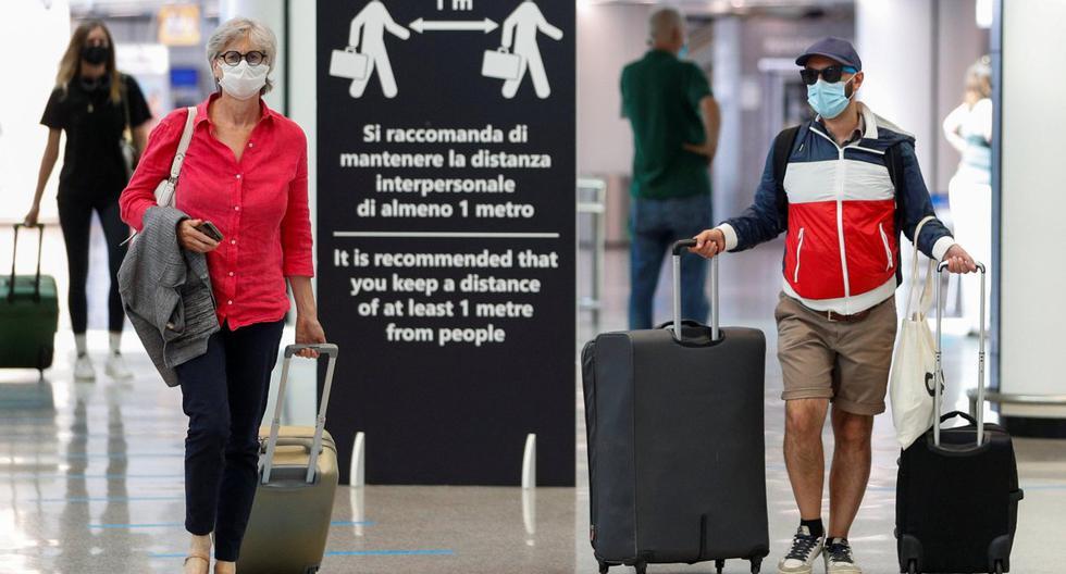 Imagen referencial. Los pasajeros con mascarillas por el coronavirus caminan en el aeropuerto de Fiumicino en Roma (Italia). (REUTERS/Guglielmo Mangiapane).