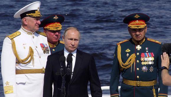 Solo este año, la Armada recibirá 15 nuevos barcos y cañoneras, anunció el presidente ruso. En la foto, el presidente Putin y el comandante en jefe de la marina rusa Nikolai Yevmenov durante un desfile marino. (Foto: AFP)