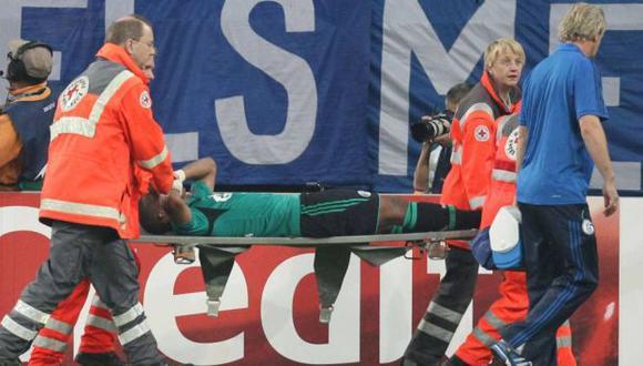 GOLPE. Farfán fue retirado en camilla retorciéndose de dolor. (bild.de)